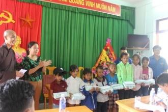 Hội Phật tử Chùa Từ Lâm – T.p Huế thăm hỏi và tặng quà cho các em học sinh có hoàn cảnh khó khăn tại Trường Tiểu học Sơn Trạch
